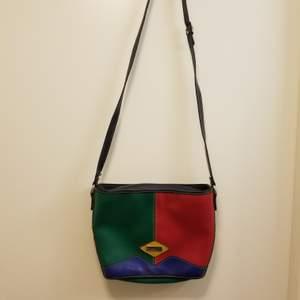 Super häftig vintage väska från märket Russel Nash. Hämtas i Stockholm Flemingsberg annars står köparen för frakt. Kolla gärna in mina andra annonser, jag samfraktar gärna 😊🌸