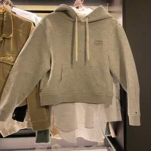 suuupersnygg helt oanvänd hoodie från tommy hilfiger!! den finns inte att köpa längre, storlek S💗 köpt för 1200 och använd cirka 2 gånger