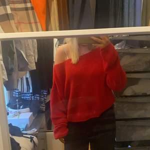 Super fin stickad röd tröjan man kan ha på många olika sätt! Använd ca 3 gånger.