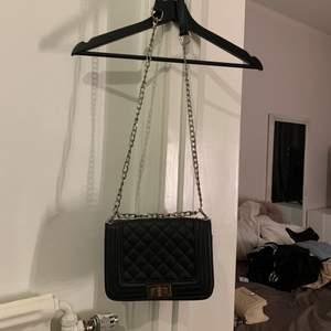 En väska som är jätte fin men vet inte eller kommer inte ihåg vart den är ifrån, den är i bra skick