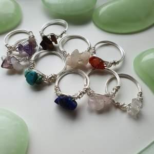 Jag gör dessa supervackra ringarna med äkta kristaller, se på bild tre. De finns i 4 olika storlekar med dessa måtten i diameter: XS: ca 16 mm, S: ca 18 mm, M: ca 20 mm, L: ca 22 mm. 65 kr/st förutom ametist och rosenkvarts ringarna som kostar 70 kr/st. GRATIS FRAKT♡ Kan skicka bättre bilder om det behövs och berättar gärna lite kort om kristallernas egenskaper för att hjälpa er bestämma vilken som passar er:)))