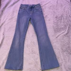 Säljer dessa snygga ljusblåa jeans från Cubus                  kontakta mej om du är intresserad och vill se fler bilder mm