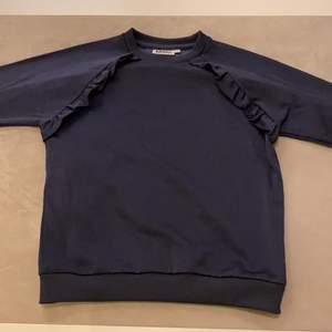 Hej, jag säljer en Mörk bli tjock tröja från Molo, den är inte använd mycket och säljs för bra pris, om du är intresserad skriv ett pris du skulle betala för den här tjock tröjan så kan vi bestämma ett bra pris, tack🤩