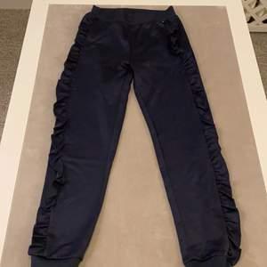 Hej, jag säljer ett par Mysiga byxor som är till Molo tjock tröjan, dom här byxorna är väldigt sköna och bra kvalite, dm mig så kan vi bestämma ett pris🥰 Tack ☺️