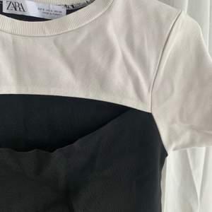 Svartvit tight topp med cutout över brösten från Zara! Supersnygg men kommer inte till användning av mig :( Storlek S, stretchig i materialet 🤍