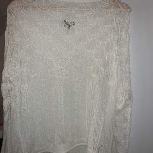 """säljer en stickad tröja som är använd ett få tal gånger. Den är vit och """"genomskinlig"""". Passar S-M. Köpt i lindex."""