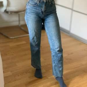 Säljer mina jeans på grund av att jag måste bli av med dem. Modellen är skinny/rak. För att tillägga så är jag 157cm och då går de till mina anklar.