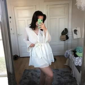 Jätte fin volang klänning ifrån Madlady(?)✨storlek 14 men den passar på S/M. Kan användas som en jätte fin kjol💕
