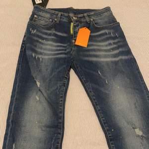 Säljer helt nya Dsquared Jeans AAA kopia. Helt nya med prislapp på
