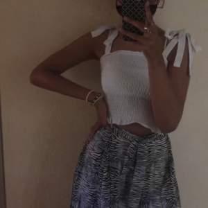 Superfint vitt linne med fasta rosetter, från Gina tricot i storlek S💙 Använt sparsamt!