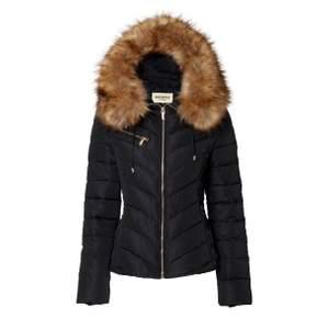 Säljer min fina Roco Barocco Dallas jacka i färgen svart. Jackan köptes förra vintern och är i bra skick, säljes på grund av att jag fått en ny jacka. Storleken är 38, men passar även mig som har storlek 36/S. Nypris 1699kr, mitt pris 499kr. Har möjlighet att mötas upp vid köp, vid frakt står köparen för kostnaden.  #roccobarocco #jacka #vinterjacka #märkesjacka #svartjacka #pälsjacka #fauxfur #trendig #holliesinspirerad #hollies #holliesjacka #svart