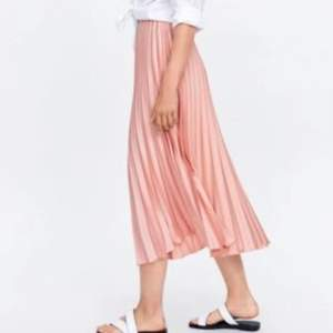 Super fin babyrosa kjol från zara💗 skriv privat för fler bilder eller frågor! Köparen står för frakt