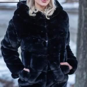 Helt ny svart mink fuskpäls jacka från Garoff. Den är av den längre modellen. Inköpt för 1299kr i vintras med lappar kvar. Säljes pågrund av för stor storleken. Lånade bilder.