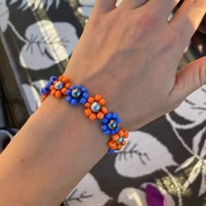 🧚🏼♀️🦋 Ett otroligt vackert och unikt egengjort armband med blommor. Går att beställa custommade. Dma vid frågor. Frakt 12kr.🧚🏼♀️🦋 KOLLA IN PROFIL FÖR INSPIRATION ELLER SMYCKEN😊