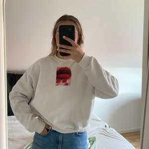 Vit sweatshirt i strl S, köpt på carlings för ett tag sedan. Är använd men bra skick ändå! Frakt tillkommer och bara att be om fler bilder❤️