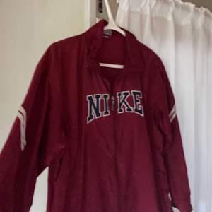 Trendig vintage jacka. Snygg till vår, sommar och höst då den är en tunnare jacka. Inga defekter💕 Frakt tillkommer på 62kr, kom privat💕