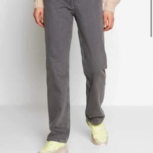 Gråa helt slutsålda rowe jeans från weekday! Säljer då de inte kommer till användning, jag är 160 och är är något för långa för mig! Frakt tillkommer!❤️🙏🏻