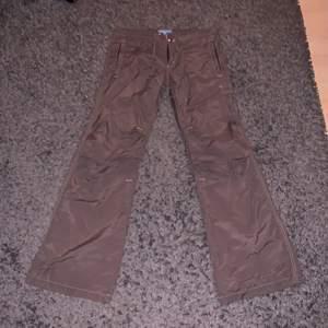 Ett par bruna byxor jag fick men som inte kommer till andvändning. Byxan är väldigt lågmidjad samt ganska lång i benen (jag är 176 och byxorna gick över mina fötter). Byxorna kommer från dnmsports och är i storlek 8. Köparen står för frakten💕