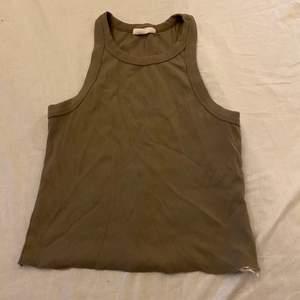 Basic linne/croptop från GinaTricot, avklippt men asnajs ändå. Lite oklar färg men typ grön brun?