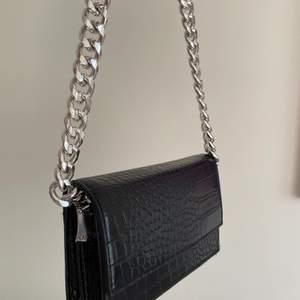 Säljer min svarta väska med mönster på💗
