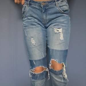 Säljer ett par häftiga ripped jeans från Lab Industries i storlek 170, passar XS-S då de har resår i midjan. De är väl använda men i bra skick. Säljer för 100kr (frakt inkluderat).