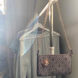 Brun mönstrad väska. Har aldrig använt den så den är exakt som ny. Köpt från ASOS