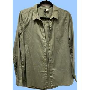 En mörkgrön långärmad skjorta medium (lite mindre i storleken dock) Har bara använts en gång och har inga hål eller fläckar.