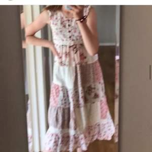Säljer en super söt klänning som inte har kommit till användning. 🌟inga fläckar🌟 tänker mig 60kr💓