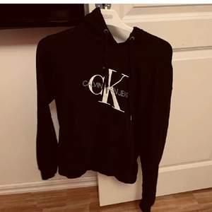 Säljer min Calvin Klein hoodie i fint skick, då den tyvärr inte kommer till användning. I fint skick.
