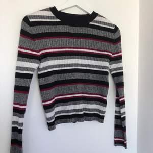 Säljer denna fina tröjan då den inte riktigt är min stil längre. Väl använd men fortfarande väldigt fint skick! Storlek S men den är väldigt stretchig så den passar även M. (FRAKT TILLKOMMER) kontakta mig om du vill ha fler bilder🥰