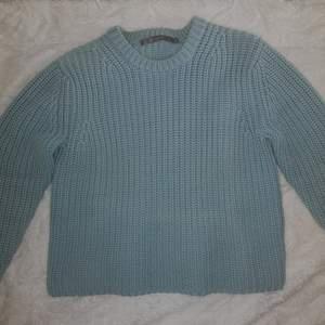 Himmelsblå stickad tröja från Tiger of Sweden. Oanvänd då den är för varm för mig! Snygg, lite kortare passform. Ordinarie pris 2300 kr. Köp direkt för utgångspriset eller buda i kommentarerna!