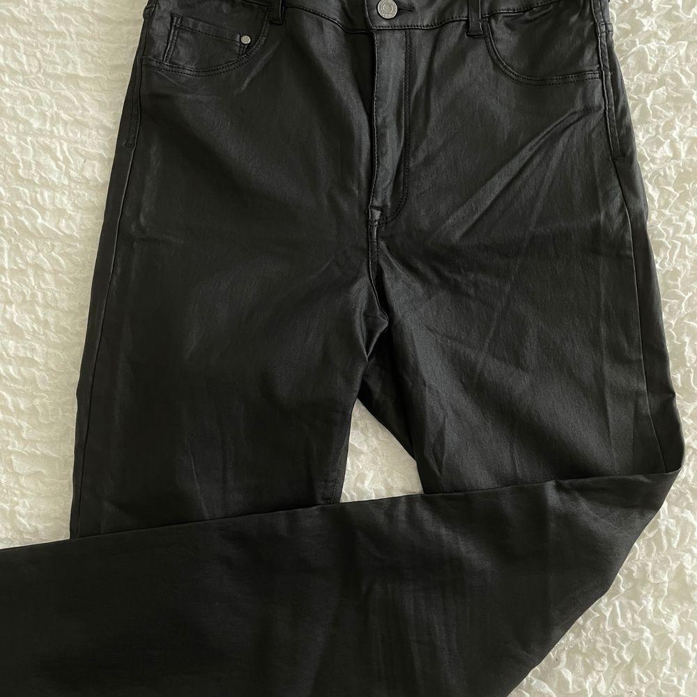 Dessa skinnbyxor från H&M, använda en gång. De har hög midja och sitter väldigt fint på. . Jeans & Byxor.