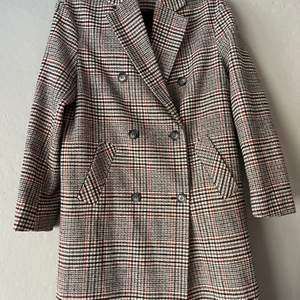 Rutig kappa från Gina Tricot säljs i storlek 34. Det är premium quality och har kun blivit använt ett par gånger.
