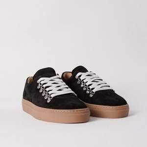 Hej! Säljer ett par sneakers från Mucker, nypris 1995 kronor. Använda två-tre gånger, mycket fint skick!!