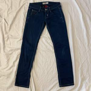 As najsa fornarino jeans low med tvär cleana fickor på baksida som är avtagningsbar med knappar, storlek 26-27 najs skönt o bekvämt jeans matrial, sitter dunder