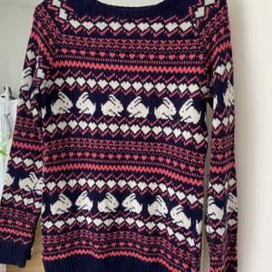Stickad tröja med kaniner från Primark. Super söt men kommer aldrig komma i den igen