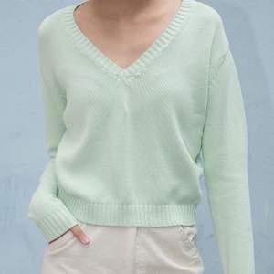 NY ALDRIG ANVÄNT brandy Melville Leigh sweater pastel-grön. Orginalpris är 382 SEK.