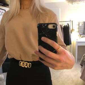 Snygg sweater från primark i stilren beige färg. Denna går att bäras lite som man vill, antingen stoppar man in den, låter den vara eller croppar den😍 storleken är större än 2xs, jag själv skulle säga att den är som en vanlig xs✨