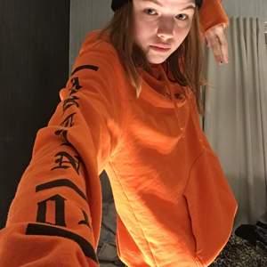 Orange hoodie från hm i storlek xs. Säljer för 60kr+62kr frakt.