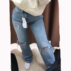 Ett par populära och snygga jeans från Gina tricot i storlek 34, säljer då dom inte kommer till användning. Ny pris 600kr och säljer för 200kr och kan frakta men köparen står för frakten 💕pris kan diskuteras ☺️