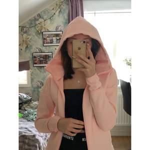 Säljer denna ljusrosa jack hoodien/ träningsjacka från adidas. Hör av dig med ett pris du skulle kunna tänka dig köpa den för! <3 köparen står för frakten.