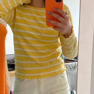 Säljer denna tröja i fin gul färg! Endast använd ett par gånger