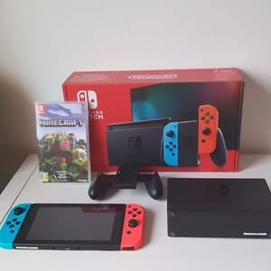 Nintendo Switch inköpt 2020 i nyskick med orginal förpackning och spel☺️     Ingår: - Spelkonsol - 2st Joy-Con handkontroller (blå/röd) - Strömsladd -Minecraft nintendo switch edition  Upphämtas i Hässelby alt skickas mot spårbar frakt.   Nypris ligger på ~3749 kr  + spel ~300kr