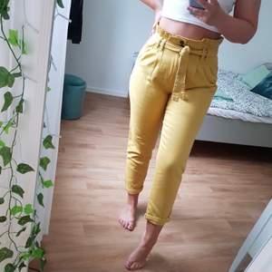 Fina gula jeans från Primark i paperbag stil. Väldigt hög midja & lite mom jeans stil. Ej fungerande fickor bak. Perfekta till sommaren! ALDRIG använda så i utmärkt skick!