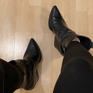 Svincoola cowboy-inspirerade skor från H&M i storlek 39! Ordinariepris: 599:- men säljer dem nu då de aldrig kommer till användning för 180kr!
