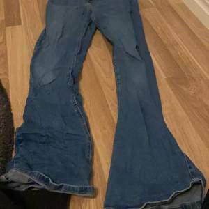 Blåa utsvänga jeans från ginatricot, säljs pga för stora för mig. Skriv gärna privat om ni har några frågor eller vill köpa💙