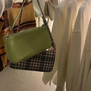 Två helt oanvända väskor från Shein, säljes för 100kr styck en jättefin grön färg och en med rosa rutigt mönster lite likt mean girls🥑🧚♀️💕💞💓💗💝