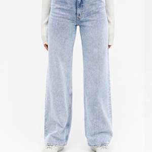 Säljer dessa jeans ifrån monki!😍 I storlek 24, passar mig som är XS, sparsamt använda! Frakt tillkommer