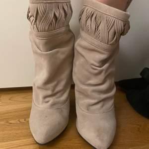 Sjukt snygga skor från Isabel Marant i storlek 37. Snålt använda, så i superbra skick💖 kan posta eller mötas upp i Stockholm