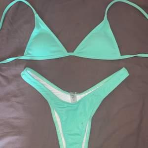 En jättefin turkos, oanvänd bikini, som endast är provad med underkläder och har även skyddsplasten kvar! Säljer pga att kupan var alldeles för liten för mig som vanligtvis har B i kupa, så skulle säga att denna passar någon med mindre bröst 🥰